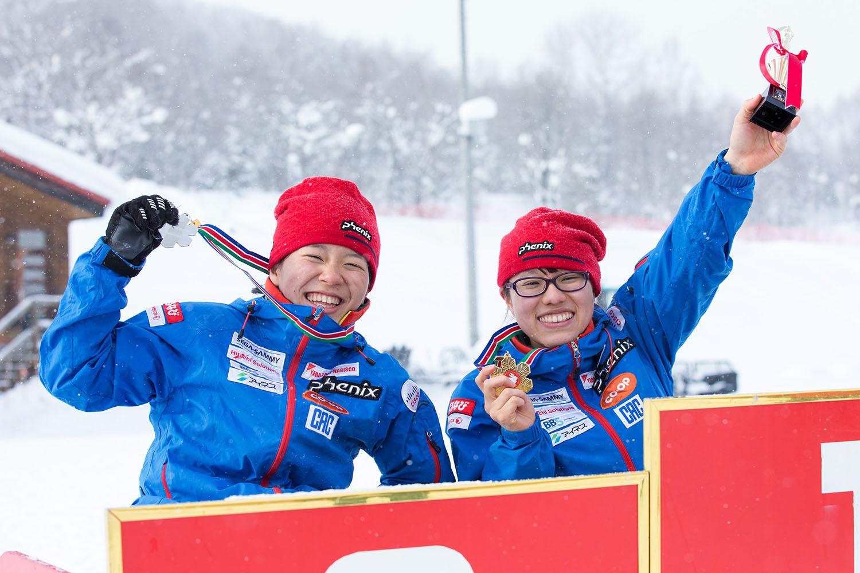 表彰台でメダルをもらい笑顔の新田のんの(右)と瀬立モニカ(撮影:越智貴雄)
