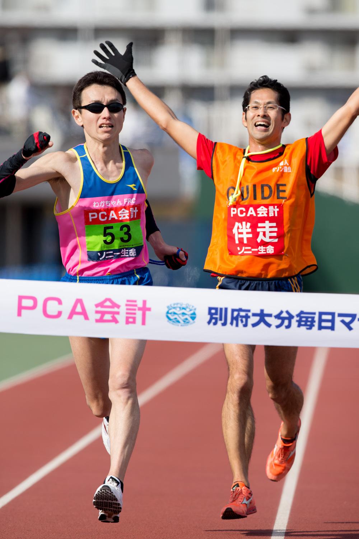T11クラス日本新記録(2時間33分46秒)でゴールした和田伸也(左)と伴走者の中田崇志(撮影:越智貴雄)