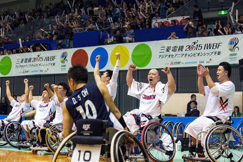後半、逆転し喜ぶ日本選手たち