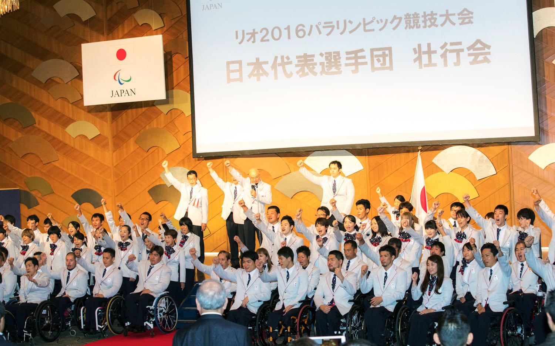壮行会の最後に、日本選手団全員でリオへの健闘を誓い拳を高く突き上げた(撮影:越智貴雄)