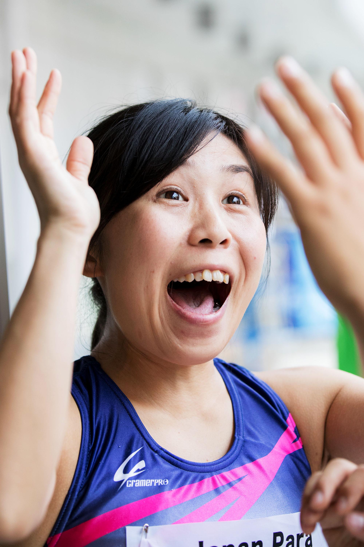 「IPC公認2016ジャパンパラ陸上競技大会」では16秒90のアジア新記録で優勝。電光掲示板に映し出された記録を確認し、喜ぶ大西(撮影:越智貴雄)