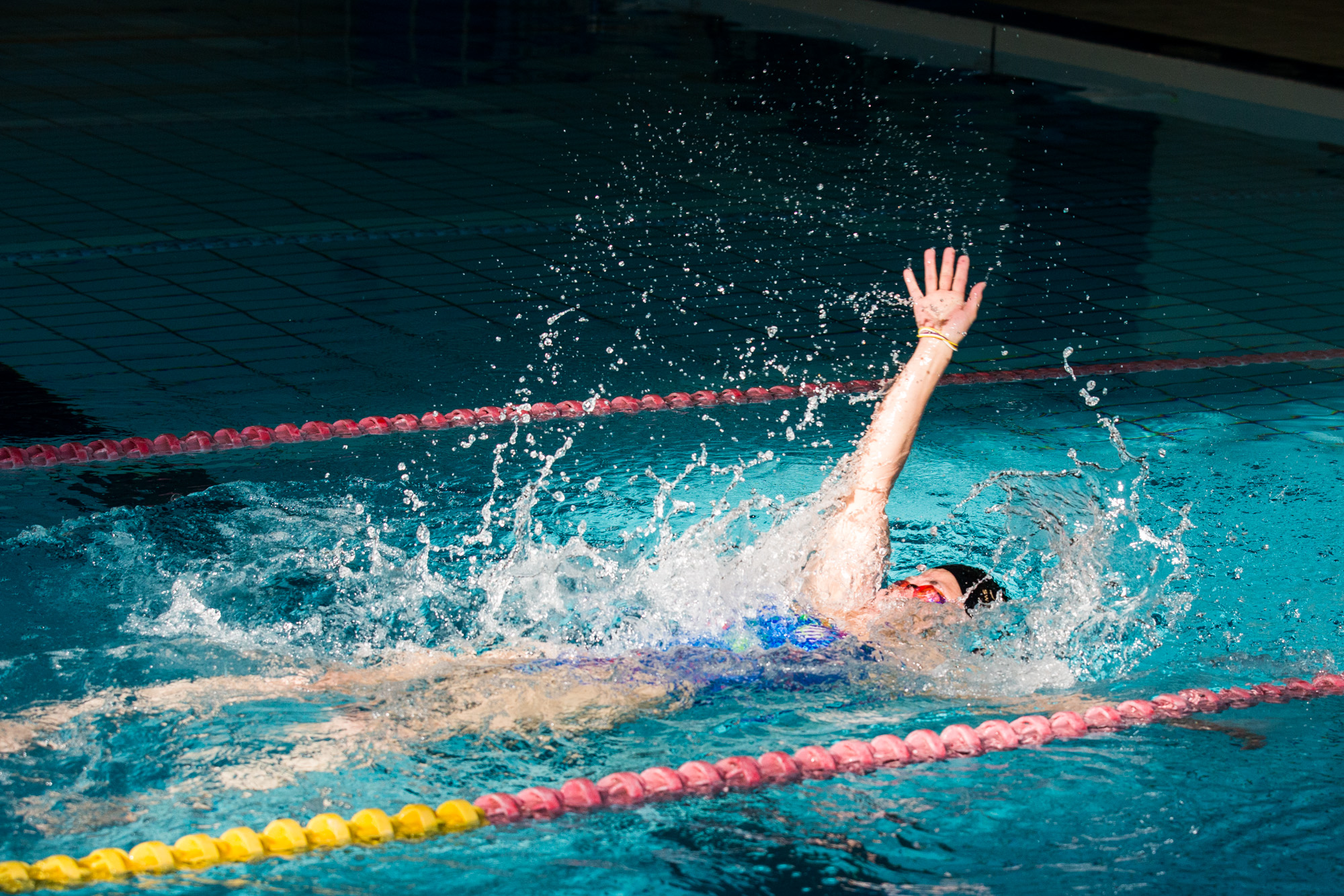 足に障害がある為、足の機能が使えないので、手の力だけで泳ぐ成田(撮影:越智貴雄)