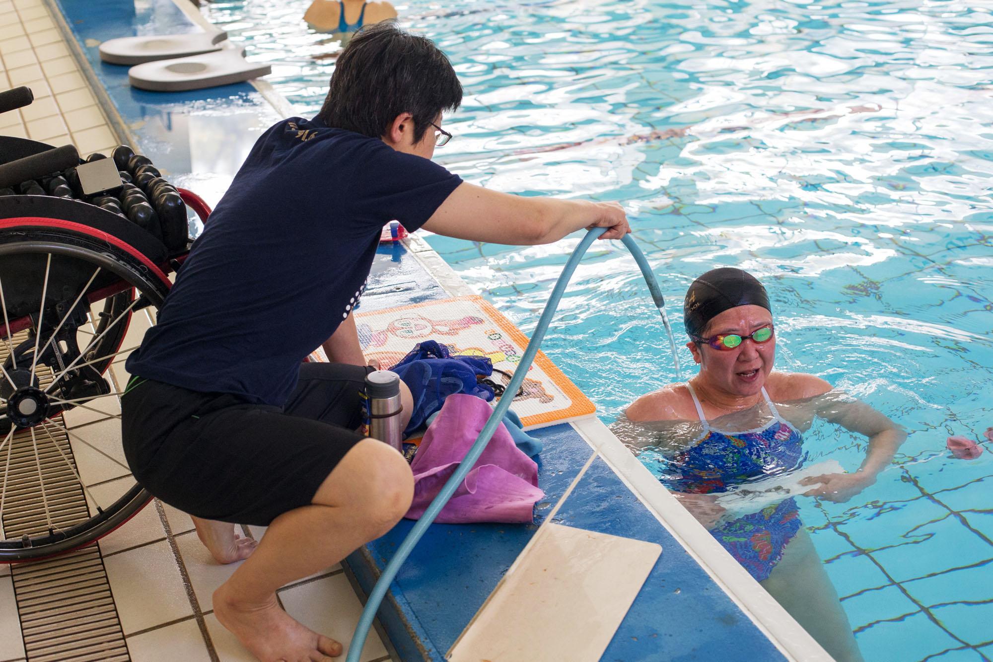 成田は下半身麻痺で体温調整が困難なため、激しい練習を続けるとホースからの冷水で身体を冷やすことが必要となる(撮影:越智貴雄)