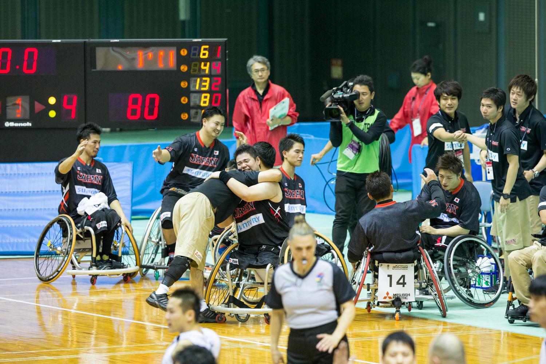 リオパラリンピック出場を決めた直後、香西は及川HDと熱い抱擁を交わした(撮影:越智貴雄)