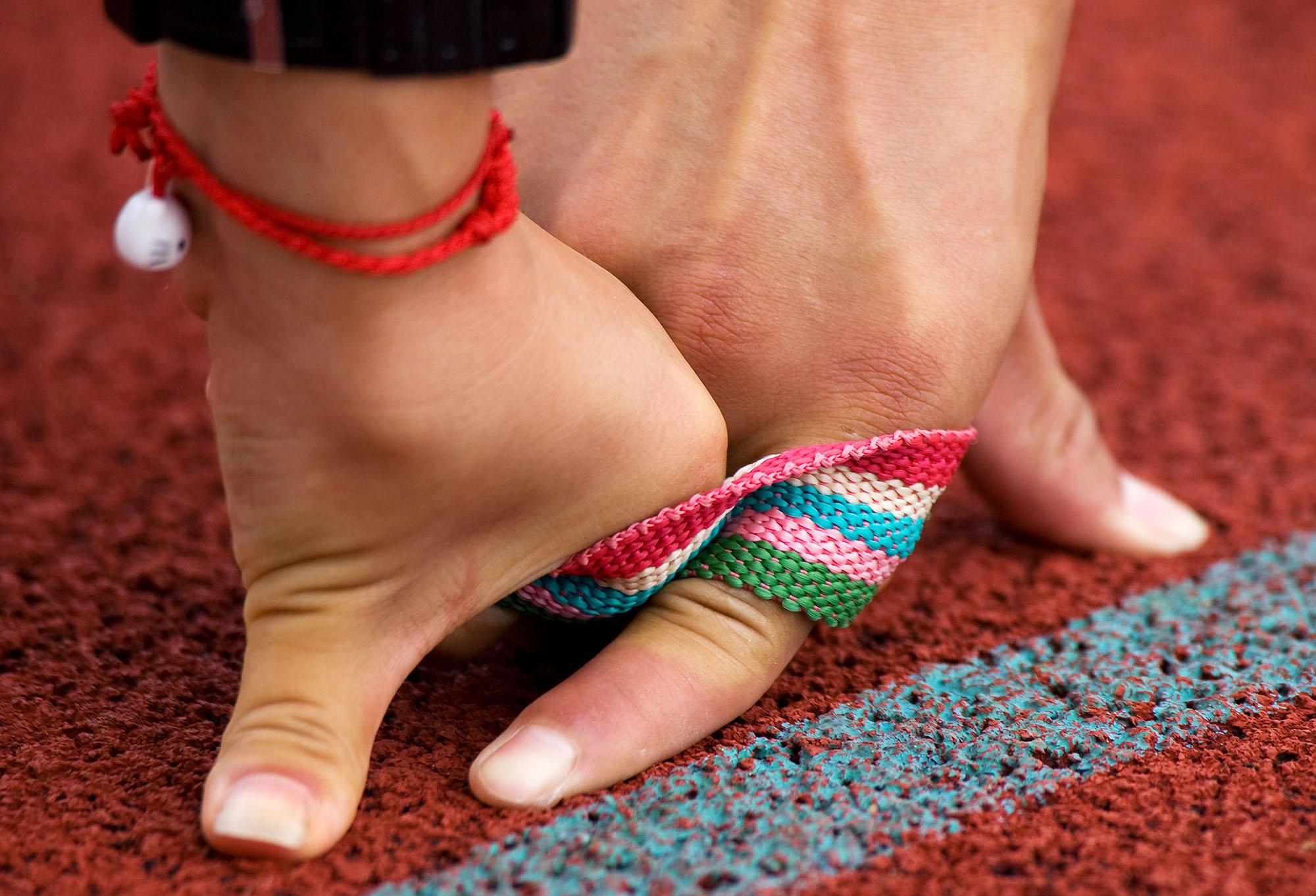 陸上女子100M(T11クラス)、視覚に障害の持つ選手と伴走者を繋ぐ紐=パラ陸上世界選手権アッセン大会・オランダ