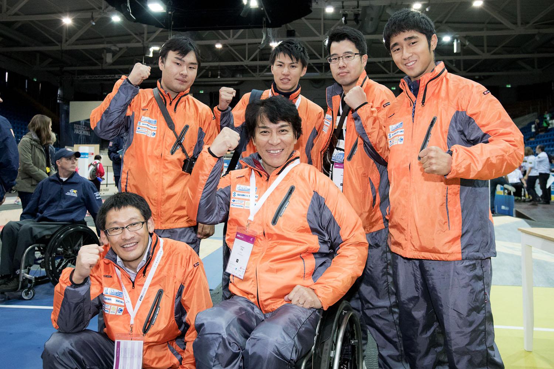 和歌山大学チームと、パイロットをつとめた伊藤智也(中央)(撮影:越智貴雄)