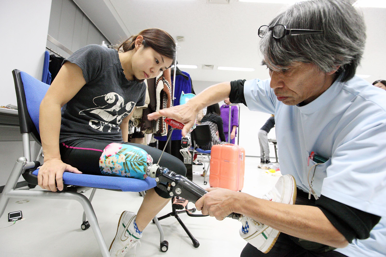 リオデジャネイロパラリンピックに出場した大西瞳選手(左)の義足を調整する臼井氏(撮影:越智貴雄)