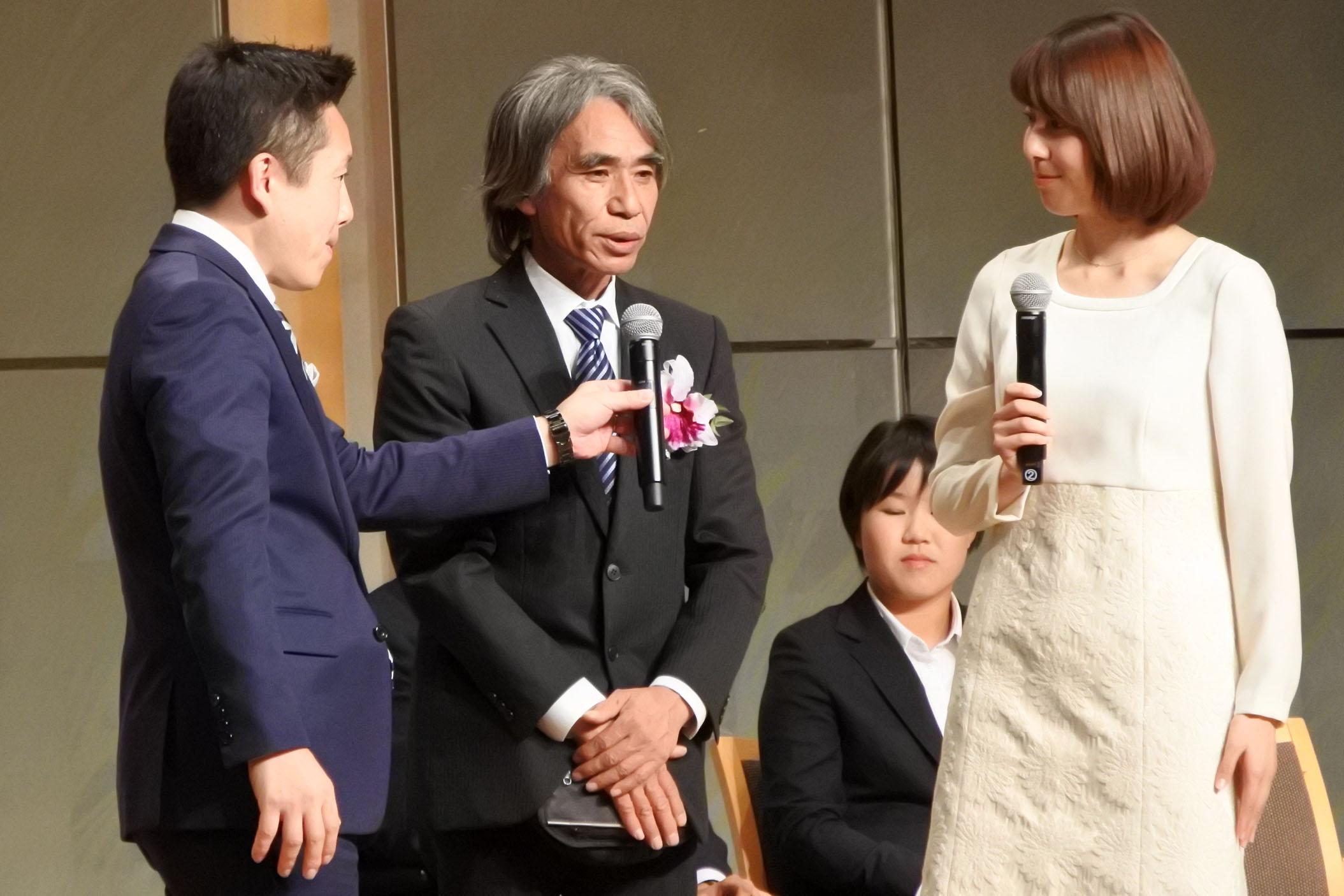 受賞式でスピーチを行う、臼井二美男氏(撮影:星野恭子)