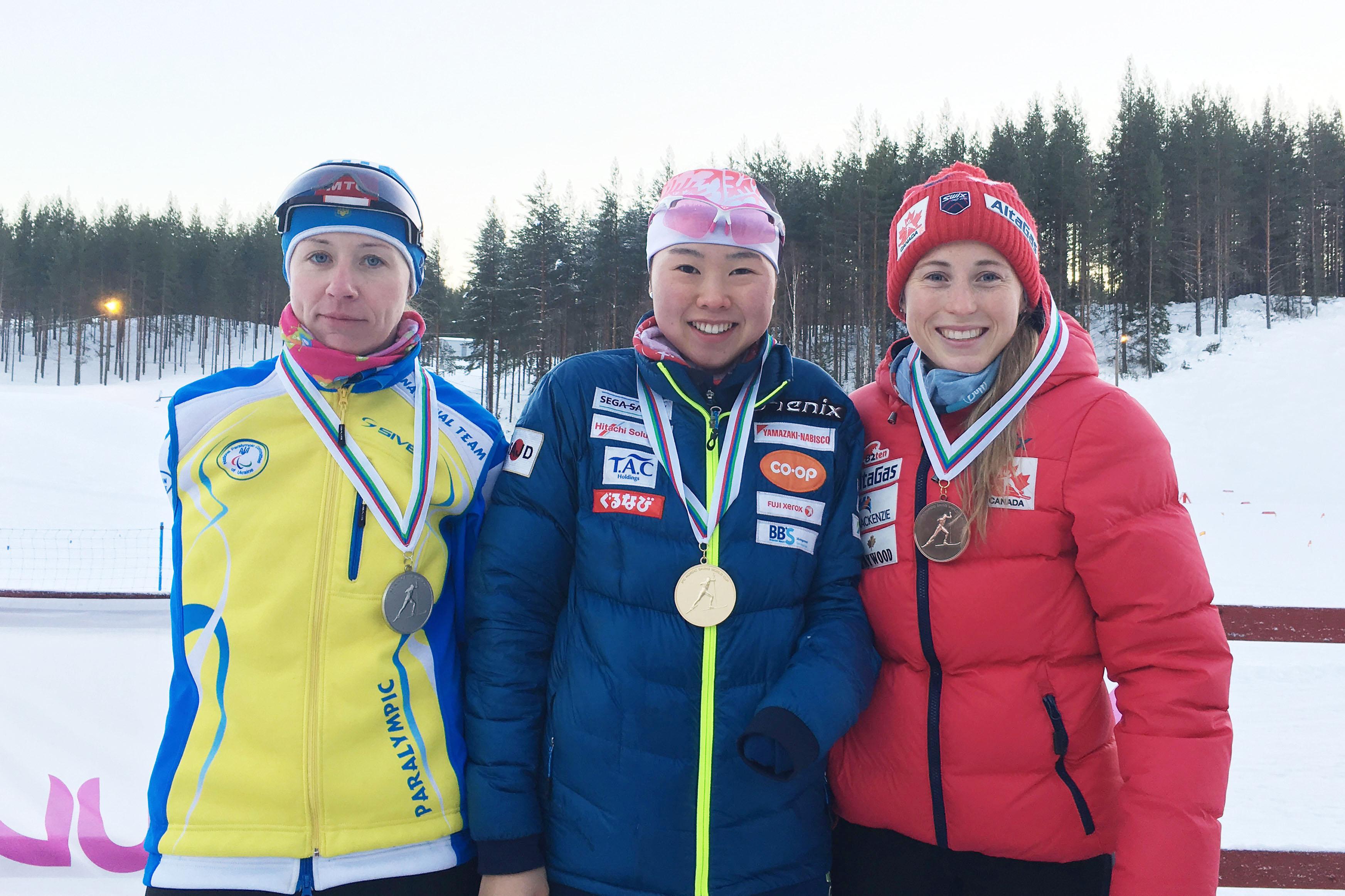 表彰式で笑顔の阿部友里香(中央)。写真提供:NPO法人日本障害者スキー連盟