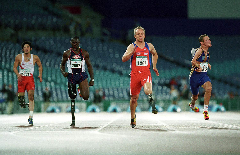 2000年のシドニーパラリンピックに出場した古城暁博(左)(撮影:越智貴雄)