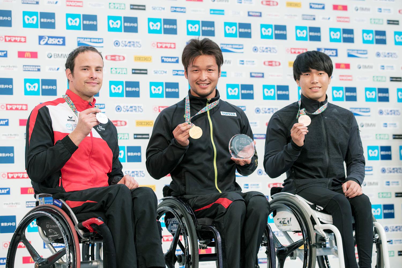 左から2位のマルセル、優勝した渡辺、3位の鈴木