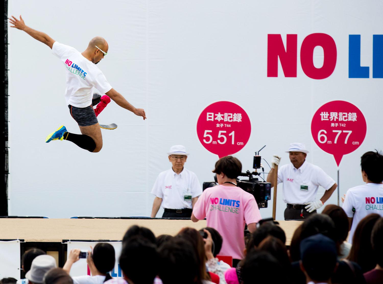 リオ銀の山本篤が、上野公園で世界記録に挑戦。跳躍に来場者から拍手喝采(撮影:越智貴雄)