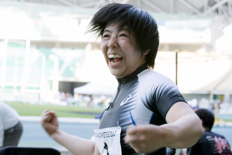 6本目の跳躍後、アジア新の記録に喜びを爆発させた(撮影:越智貴雄)